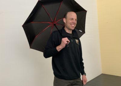 Model mit Schirm