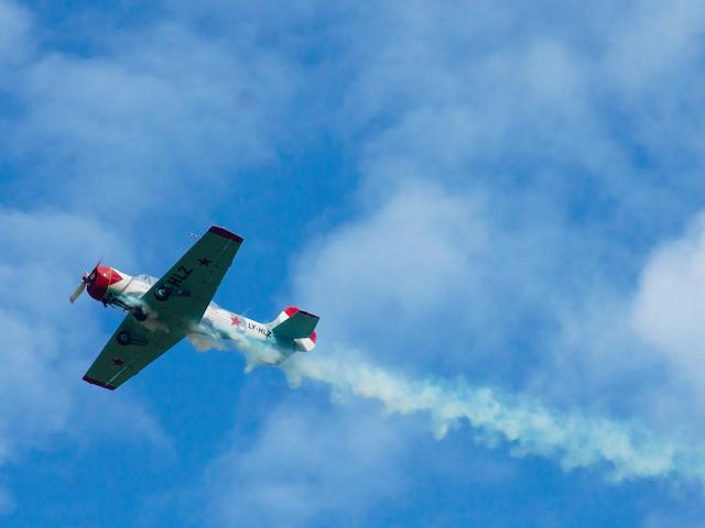 Flugzeug mit Rauch