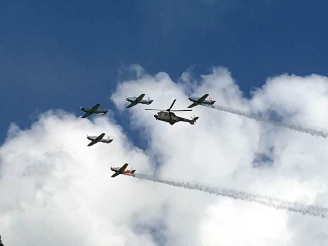 Helikopter mit Flugzeugen am Himmel