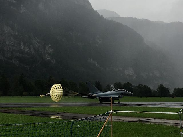 Kampfjet mit Bremsschirm