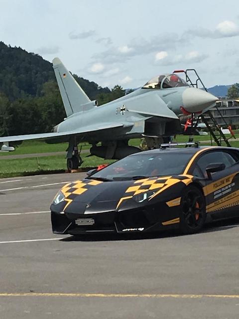 Kampfjet und Sportwagen