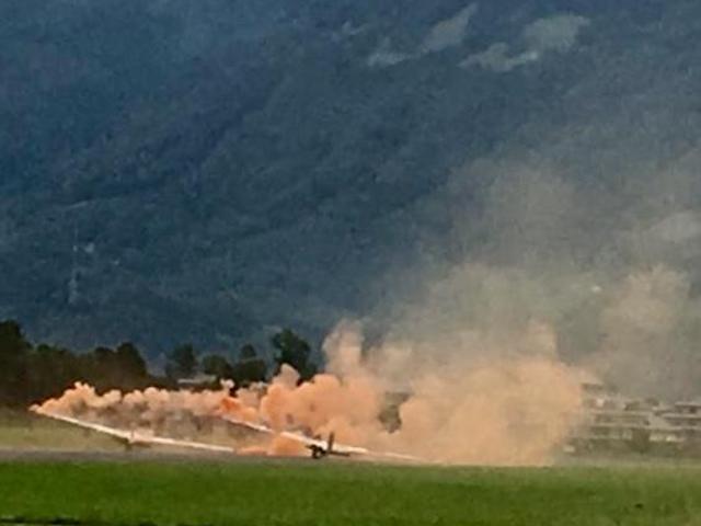 Flugzeug mit Rauch am Boden