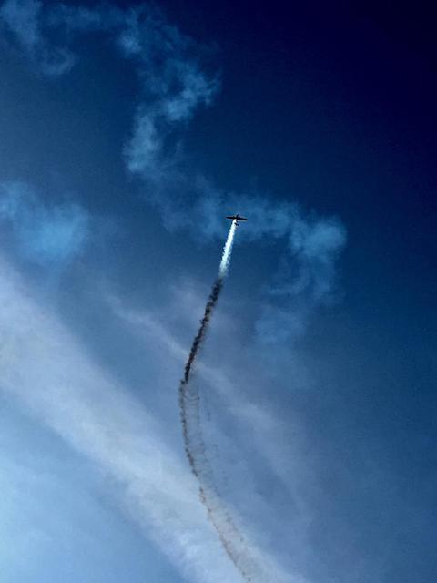 Flugzeug mit Rauch am Himmel
